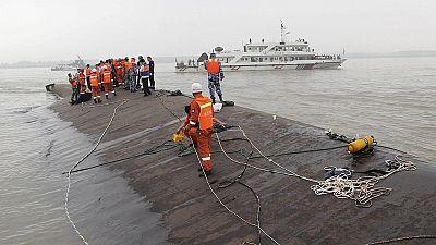Quince supervivientes y al menos cinco fallecidos en el hundimiento de un barco con 458 personas a bordo