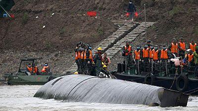 Aumentan a 18 los muertos del naufragio en el río Yangtsé y siguen buscando a 430 desaparecidos