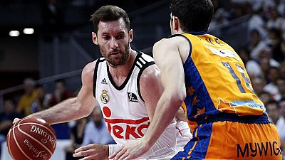 El Real Madrid se ha puesto por delante en las semifinales de la Liga Endesa contra el Valencia Basket, en un partido en el que destacó Rudy Fernández, con 18 puntos.