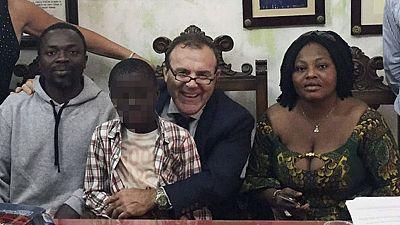 El padre de Adou no pensó que meterían a su hijo en una maleta