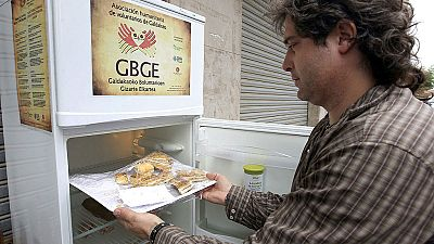 Un frigorífico en la calle en Galdakao salva de la basura cientos de kilos de comida