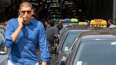 Los taxistas franceses bloquean los accesos a estaciones de tren y aeropuertos en protesta contra Uber
