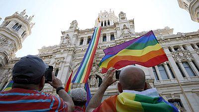 Muchas ciudades de España lucen la bandera arco iris con motivo del Día Internacional del Orgullo Gay