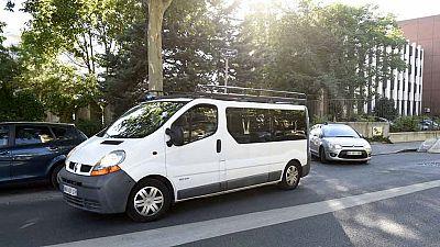 Yasin Salhi sale de la comisaría de Lyon con dirección a París