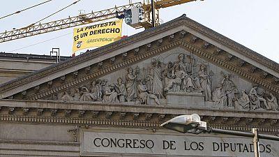 Greenpeace protesta contra la ley de seguridad ciudadana con una pancarta en el Congreso