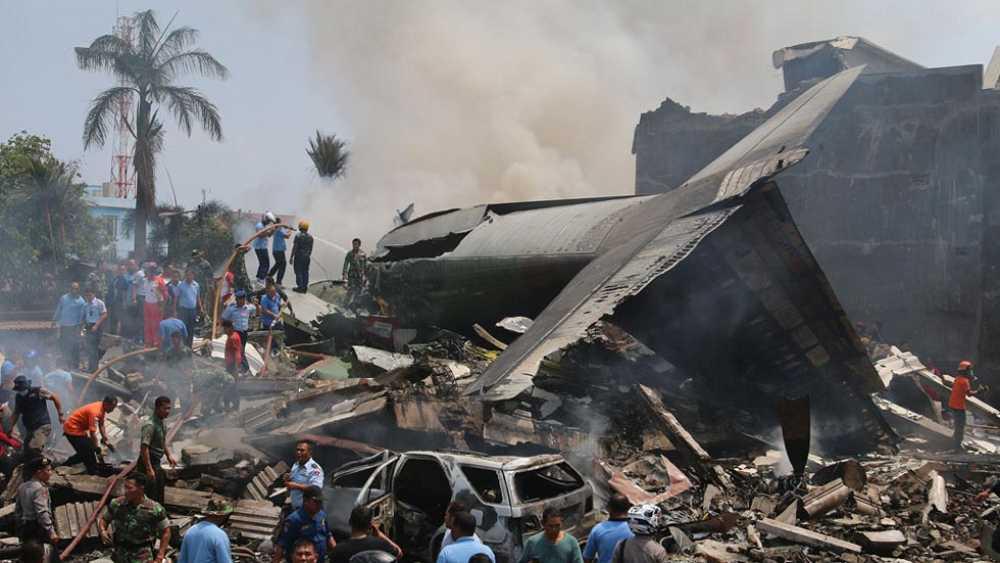 Decenas de muertos al estrellarse un avi�n del Ej�rcito de Indonesia