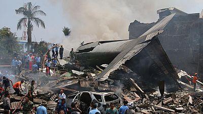 Decenas de muertos al estrellarse un avión del Ejército de Indonesia