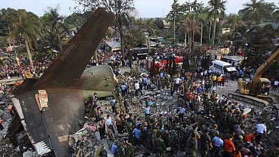 Se estrella un avión militar indonesio en una zona poblada de la isla de Sumatra