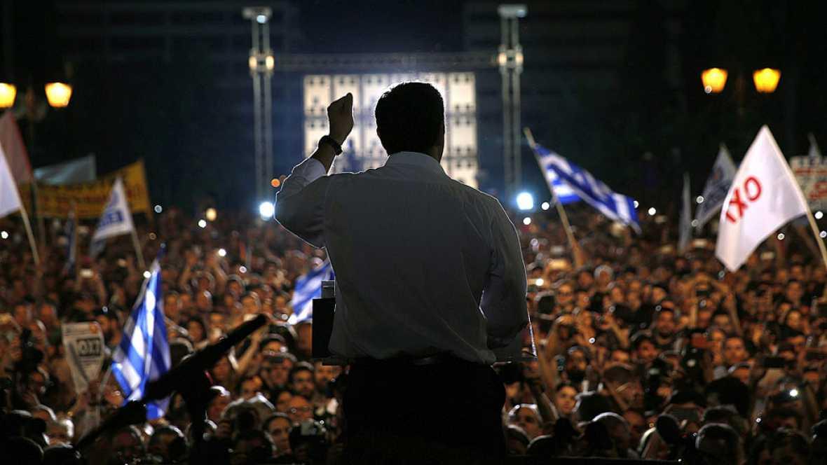 Los griegos se manifiestan a favor y en contra del referéndum