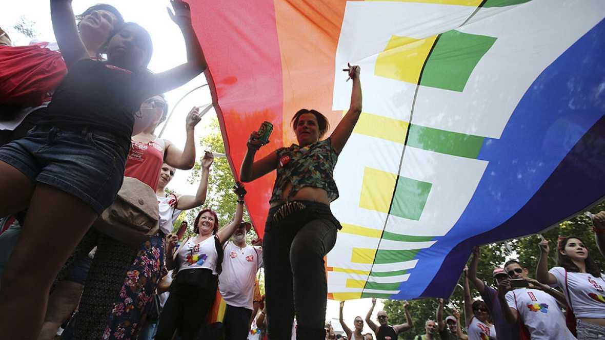 Banderas arco iris y un lema: 'Leyes por la igualdad real ya'