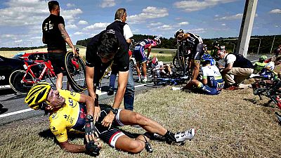 Una caída en el pelotón a 53 kilómetros de la meta ha puesto los pelos de punta a todos. Muchos ciclistas se han visto involucrados, entre ellos el líder Cancellara o Rui Costa. Abandonan Will Bonet (FDJ), Tom Dumoulin (Giant) y Simon Gerrans (Orica)