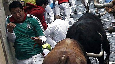 Los toros de Fuente Ymbro golpean contra la pared a un corredor en el cuarto encierro