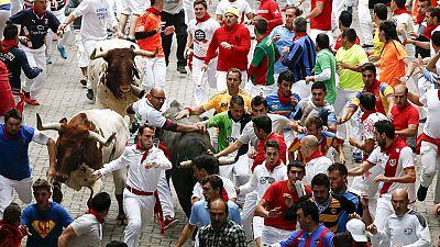 La manada se abre y permite bonitas carreras de los mozos en el quinto encierro de San Fermín 2015