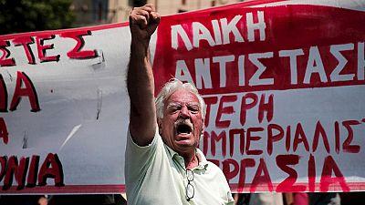 Miles de funcionarios salen a la calle en Grecia para protestar por el pacto con Bruselas