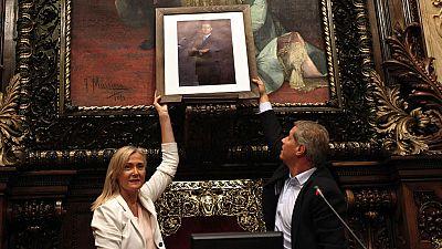 El PP coloca una foto de Felipe VI en el ayuntamiento de Barcelona y un empleado municipal la retira
