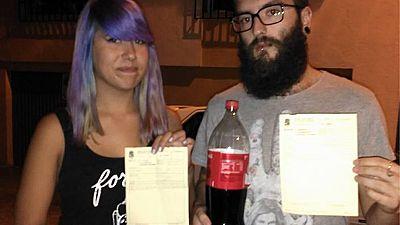 Amigas y Conocidas - Multados por beber Coca Cola y comer pizza