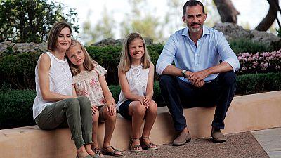 Los reyes posan con sus dos hijas en los jardines del Palacio de Marivent