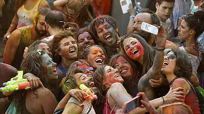 La Fiesta de los Monzones, una locura en las calles madrileñas con mucho color y mucha agua