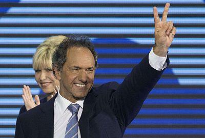 Scioli se impone al conservador Macri en las primarias celebradas en Argentina