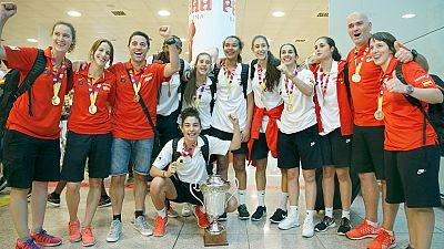 La selección española sub-18 femenina ha aterrizado esta tarde en el aeropuerto de El Prat, procedente de Celje (Eslovenia), donde ayer se proclamó campeona de Europa al derrotar en la final a Francia por 60-76. Las chicas que entrena Víctor Lapeña h