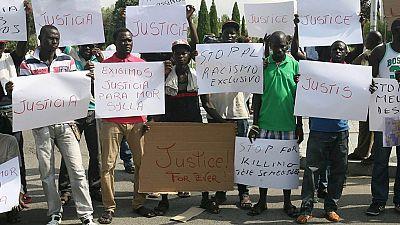 Un centenar de senegaleses protestan sin altercados en Salou por la muerte de su compatriota
