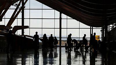 Hacienda insta a los altos cargos públicos que viajen en clase turista y transporte público