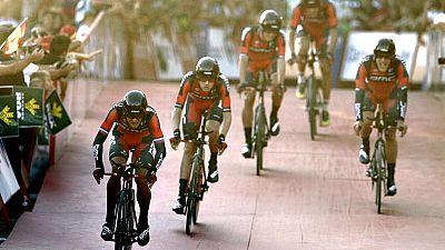 """El equipo BMC, campeón mundial de la especialidad, se ha proclamado vencedor de la contrarreloj inaugural de la Vuelta a España disputada entre Puerto Banús y Marbella con un recorrido de 7,4 kilómetros, en la que el primer maillot rojo """"simbólico"""" s"""