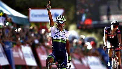 """El colombiano Esteban Chaves (Orica) se enfundó con todos los honores el primer maillot rojo """"auténtico"""" de la Vuelta tras conquistar la inédita meta de Caminito del Rey, donde los favoritos cruzaron los primeros golpes."""