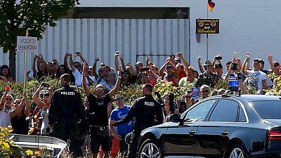 Abuchean a Merkel durante una visita a un centro de refugiados atacado por neonazis