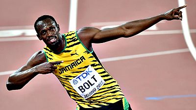 El jamaicano Usain Bolt derrotó por segunda vez en cuatro días al hombre que durante casi dos años le había suplantado como rey de la velocidad mundial y con un registro de 19.55 en la final de 200 conquistó su décima medalla de oro en campeonatos de
