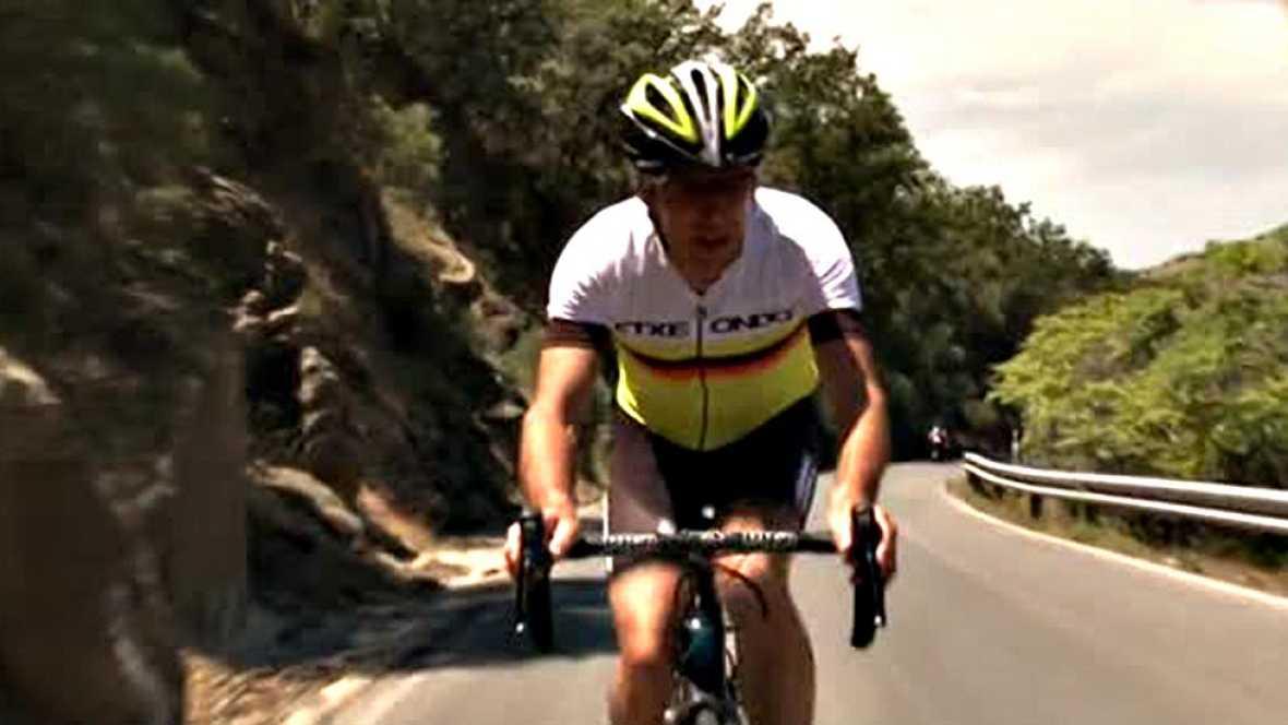 El exciclista y comentarista de TVE, Pedro Delgado, asciende el inédito final de etapa de la Etapa 7, con final en La Alpujarra (Granada).