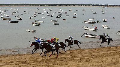 Los caballos llevan 170 años corriendo en la playa de Sanlúcar