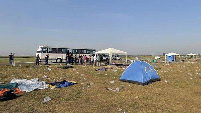 Siguen llegando miles de migrantes a la frontera de Hungría con Serbia