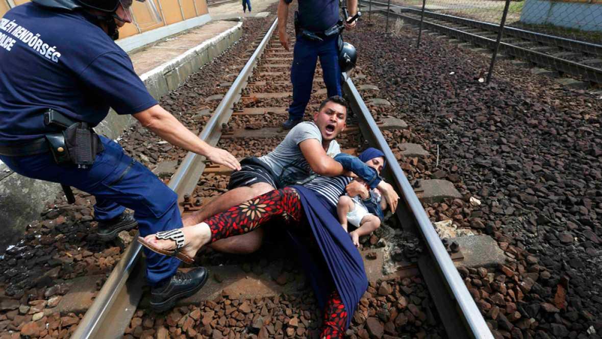 Tras dos d�as acampados cientos de inmigrantes intentan coger un tren en Budapest