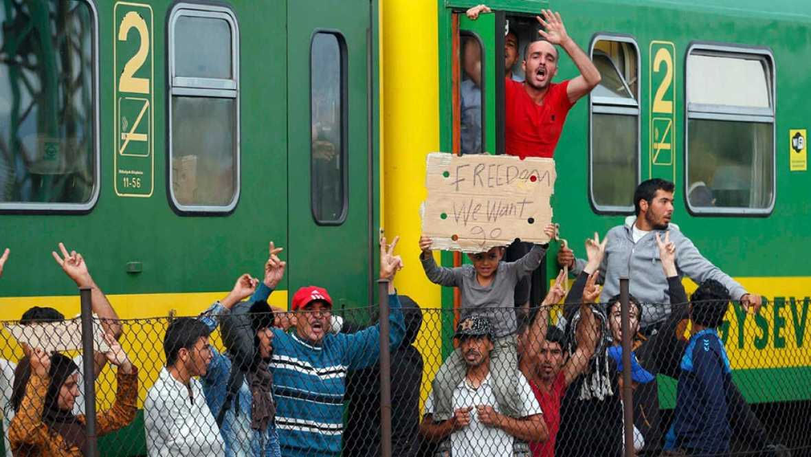 Unos 500 refugiados se niegan a abandonar el tren que les llevaba de Budapest a la frontera con Austria
