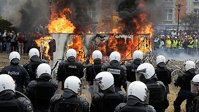 Agricultores y ganaderos europeos se enfrentan a la policía en Bruselas