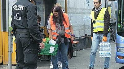 Cientos de voluntarios se vuelcan con los refugiados que llegan a las ciudades de Alemania.