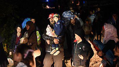 Descalzos, arrastrando sus pertenencias bajo la lluvia y de noche, grupos de migrantes caminan decenas de kilómetros para llegar a los campos de acogida en Croacia desde Serbia. Las cámaras de TVE captan la escena in situ.