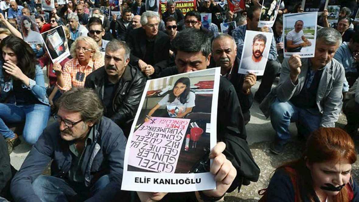 Decenas de miles de personas se manifiestan en contra de los ataques suicidas en Ankara