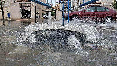 Una tromba de agua ha anegado Calpe, Alicante. 40 litros en tan solo unos minutos. Una veintena de vehículos han quedado atrapados en una balsa de medio metro de profundidad en las calles más céntricas. Han caido cantidades similares en Jávea y hasta