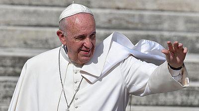 """El papa Francisco ha protagonizado este miércoles la sorpresa en la audiencia general en la Plaza de San Pedro, donde ha pedido públicamente """"perdón"""" por """"escándalos"""" sucedidos en Roma y el Vaticano, aunque sin precisar a cuáles se refería. """"En nombr"""