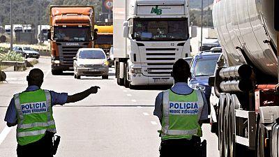 Cada dia hay cuatro robos en las carreteras catalanas. Una unidad de los Mossos d'Esquadra se encarga de perseguir a las bandas organizadas que se dedican sobre todo a robar a turistas. Aunque los controles han hecho bajar un 10% este tipo de delitos