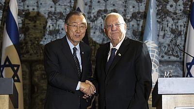 Ban Ki-moon estrecha la mano del presidente israelí Reuvén Rivlin
