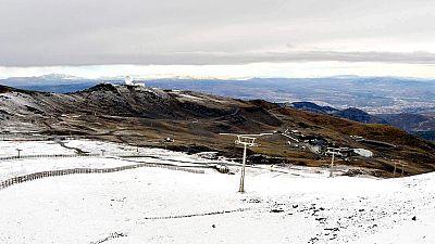 Pasar de la estampa montañosa de matorrales y piedras a la del manto blanco con kilómetros de pista esquiables significa meses de preparación y trabajo.