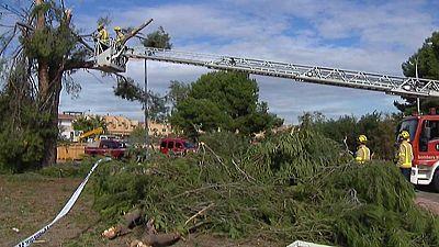 Un pequeño tornado causa destrozos en calles y casas de Mont Roig del Camp en Tarragona