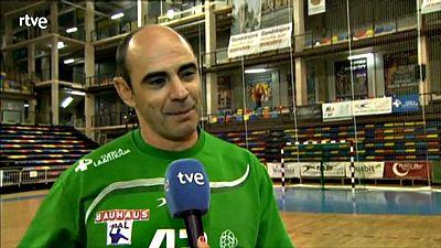 A sus 43 años, y después de pasar por 11 equipos (8 de ellos españoles), el portero madrileño ha entrado en la historia del balonmano español.