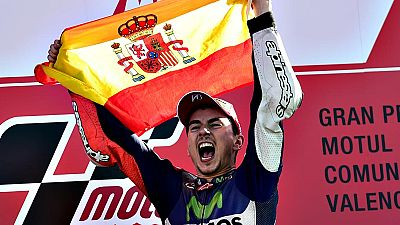 El español Jorge Lorenzo (Yamaha) se ha proclamado por tercera vez campeón mundial de MotoGP al ganar el GP de la Comunidad Valenciana, último del campeonato, mientras que el italiano Valentino Rossi ha terminado cuarto.