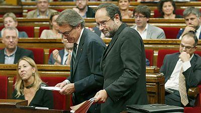 El 'no' de la CUP frena la investidura de Mas y el resto de la oposición le afea su deriva y la corrupción