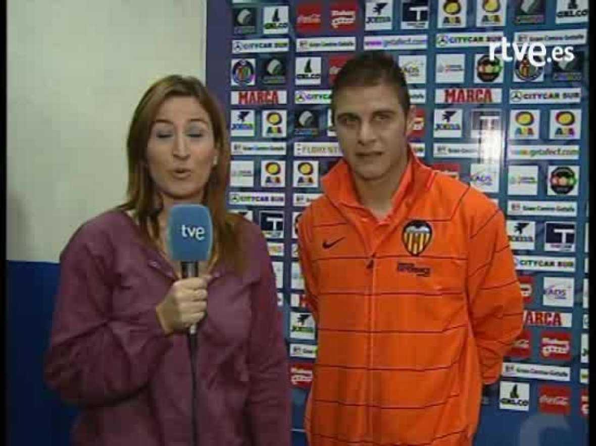 El jugador del Valencia C.F, Joaquín Sanchez, comparece en la zona mista tras finzalizar el partido que su equipo ganó al Getafe por 0 a 3.