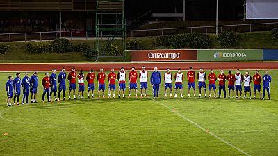 En homenaje a las víctimas de los atentados de París, los jugadores y el cuerpo técnico de la selección española han guardado un minuto de silencio en la Ciudad del Fútbol de Las Rozas.